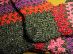 Suunnittelin sukkamallin, jossa yksinkertainen kaksi-kaksi kuvio toistuu sekä kerroksittain, että silmukoittain.         Yksinkertai...