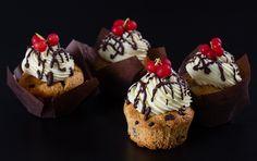 Modernissimi cupcake al cioccolato con una frosting al cioccolato bianco per un momento di dolcezza indimenticabile.