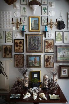 With black walls trending in home decor, the latest designs are giving off a dark and moody vibe. The look is being paired with vintage pieces that look like there straight out of a Victorian curiosities cabinet. Decor, Retro Home Decor, House Design, Interior, Bohemian Decor, Eclectic Gallery Wall, Home Decor, Inspiration Wall, Interior Design