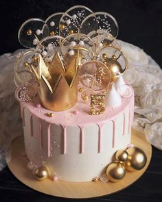 Cute Birthday Cakes, Beautiful Birthday Cakes, Beautiful Cakes, Amazing Cakes, Birthday Cake Crown, 21st Birthday Cake For Girls, 30th Birthday Themes, Elegant Birthday Cakes, Birthday Dresses