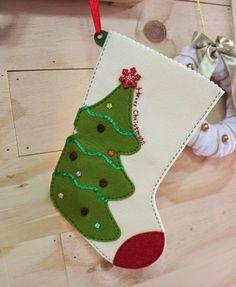 Bota navideña con fieltro paso a paso Diy Stockings, Felt Christmas Stockings, Felt Stocking, Christmas Stocking Pattern, Felt Christmas Decorations, Xmas Ornaments, Christmas Candy, Christmas Time, Christmas Templates