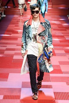 See all the Collection photos from Dolce & Gabbana Spring/Summer 2018 Menswear now on British Vogue Street Fashion Show, Fashion Week, Runway Fashion, Milan Fashion, Male Fashion Trends, Trendy Fashion, Mens Fashion, Vogue, Casual Chic Sommer