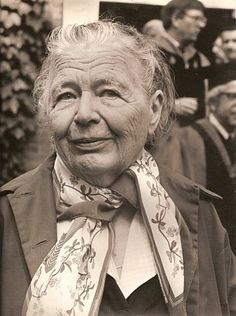 Marguarite Yourcenar, Marguerite Yourcenar June December was a Belgian-born French novelist and essayist, a pioneer for women in French literature. Michelangelo, Famous Women, Famous People, Essayist, Writers And Poets, Book Writer, Margaret Atwood, Portraits, Great Women