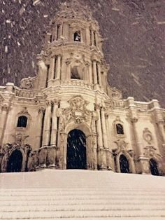 Modica. Cattedrale di San Giorgio sotto la neve. Snowing on St. George Cathedral, Modica