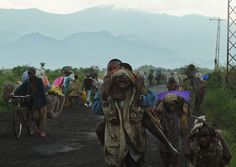 REPUBLIKA KONGA, Goma, 23 listopada 2012: Ludzie opuszczający strefę walk w pobliżu Gomy. AFP PHOTO / TONY KARUMBA