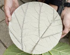 Here's how to make your own concrete stepping stones with an organic design that you can create using elements from your own garden. These concrete stepping stones are much nicer than the ready-made ones you buy and are quick and easy to make. Garden Crafts, Garden Projects, Garden Art, Home And Garden, Garden Tiles, Diy Projects, Garden Planters, Garden Steps, Garden Paths