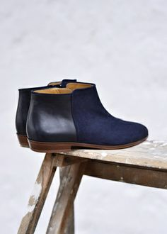 Bottines Midnights / Dark Blue and Black leather / Sézane Ugg Shoes, Shoe Boots, Ankle Boots, Shoe Bag, Flat Boots, Fashion Mode, Fashion Shoes, Womens Fashion, Mode Shoes