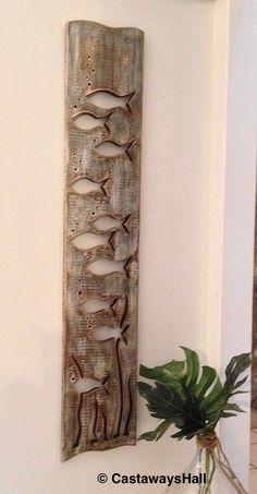 Holz Fischschwarm Art Panel Zeichen Wand Dekor vertikale Treibholz oder Meer Glas Farben Seehaus Kabine Strandhütte von CastawaysHall Auf Bestellung gefertigt. Bitte erlauben Sie bis zu 10 Werktage vor dem Versand zu produzieren. Ein neues Kunstwerk von CastawaysHall gemacht