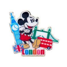 ¡Nuestro ratón favorito ha salido a hacer turismo! Este bonito pin representa a la estrella de Disney junto al Big Ben y la Torre de Londres, acompañado de una bandera británica y el nombre de la ciudad en letras de colores.