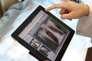 Un programa piloto permite a los facultativos de Son Llàtzer acceder a la historia clínica mediante modernos tablets
