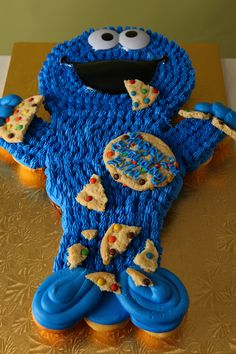 Cookie Monster Shaped Cupcake Cake by Michael Angelo's Bakery Cupcake Torte, Cupcake Cake Designs, Cupcake Cookies, Cupcake Ideas, Pull Apart Cupcake Cake, Pull Apart Cake, Elmo, Monster Shapes, Cookie Monster Party