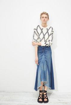 rock-einer-alten-jeans-naehen-modern-fashion-lang-abgefackelt-vorne-mode