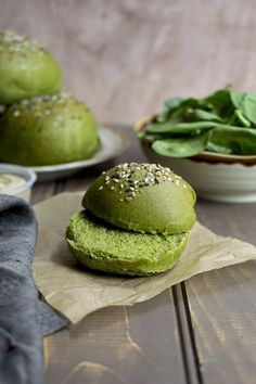 Naturally colored Spinach Sandwich rolls are soft with great crumb and are perfect for any kind of sandwich. Great to serve as a sandwich with hummus. Baked Burgers, Spinach Burgers, Gourmet Burgers, Bagel Toppings, Spinach Bread, Homemade Beans, Bun Recipe, Burger Buns, Breakfast Dessert