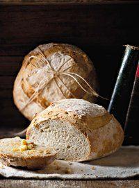 Tradisionele suurdeegbrood is baie werk en 'n lang proses. Bread Bun, Pan Bread, Bread Rolls, Bread Baking, Yeast Bread, Sourdough Recipes, Bread Recipes, Croissants, Rustic Bread