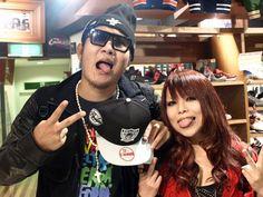 【大阪店】 2012年10月28日  べっすんさんとみきさんです♪  本日はレイダースのスナップバックをご購入頂きました