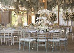 Decoração de casamento em verde e branco - Mesas dos convidados - Cadeiras transparentes ( Decoração: Patricia Andrade ) #casamento #weddingdecor