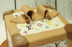 Tarta con forma de maletín de Louis Vuitton en 3D con papel de azúcar impreso con los logotipos