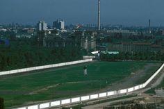 a2044 Berlin, Mitte, 1988. So ein Job als DDR-Grenzer konnte sehr, sehr einsam sein. Mitten im Zentrum der Stadt verlief dieser gewaltige Todesstreifen. Hinter der Mauer links befand sich West-Berlin. Hinten ist das Brandenburger Tor, der Reichstag und ganz hinten Schering zu erkennen. Berlin Mitte, West Berlin, Berlin Wall, East Germany, Berlin Germany, Reichstag, History, City, Pictures
