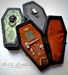 Miniature Vampire Hunting Kit in a Wee Coffin by PixieHillStudio Halloween Shadow Box, Halloween Coffin, Halloween House, Holidays Halloween, Halloween Crafts, Halloween Decorations, Haunted Dollhouse, Haunted Dolls, Dollhouse Ideas