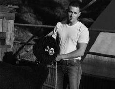 Σκηνές από αμερικάνικη φάρμα του '50 για το cover story VanityFair με πρωταγωνιστή το γνωστό πρωταγωνιστή ταινιών δράσης, ηθοποιόChanning Tatum. Οι λήψεις είναι του επίσης διάσημου BruceWeber.