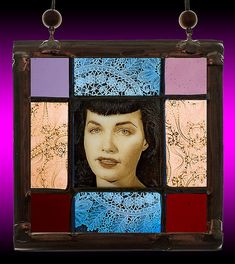 Bettie Page, small stained glass suncatcher for sale at the Etsy shop of Stained Glass Elements. Betty Page, Bettie Page glas in lood door StainedGlassElements