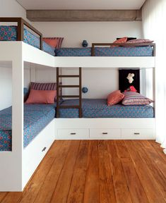 Colorful Brazilian Home Inspired by Ethnic Decor Styles Colorful Brazilian Home Inspired by Ethnic Decor Styles - InteriorZine Bunk Bed Rooms, Bunk Beds Built In, Kids Bunk Beds, Bunk Bed Ideas For Small Rooms, Bunk Beds For Boys Room, Modern Bunk Beds, Cozy Bedroom, Bedroom Decor, Girls Bedroom