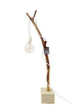 Tak - Een hele gave tafellamp! De lamp is gemaakt van een tak met een betonnen voet en daarin een stoer lampensnoer met een witte porseleinen fitting (excl. gloeilamp) Hoogte ca 80 cm Voet ca 12 cm breed/ ca 10 cm hoog De vorm van de takken zijn wat verschillend omdat het een natuurproduct is.