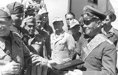 Verleihung des Kolonial-Ordens vom Stern von Italien an Rommel (rechts), Aufnahme der Propagandakompanie der Wehrmacht, April 1942