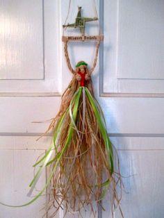 Dieser handgefertigte Dolly ist aus natürlichen Bast Brigid-Mais und Gerste. . Über den Kopf hält sie ein Holzschild, Hand pyrographed in alter englischer Schrift mit den Worten Gesegneten Imbolc. Darüber befindet sich eine handgefertigte St. Brigid Cross oder Feuerrad wie es auch genannt wird. Dies wird aus Weizen hergestellt. Ihr Rock ist aus Rafffia und Gerste hergestellt. Gerste ist eine der ersten Frühling Nutzpflanzen gesät werden und wird gedacht, um Fülle zu vertreten. Sie hat…