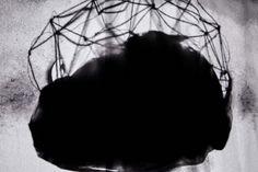 """I Cloud. Aus der Serie """"Nicht neues hinter der Sonne"""" 2015 Rotierende Drahtgitter Skulptur """"Neuromancer 2"""", Selbstportrait Projection Mapping aus der Serie """"Pathfinder"""", schwarzer Stoff Skulptur, Objekt, Video, Installation, Fotografie Markus Wintersberger 2015"""