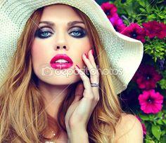 Alta moda look.glamor closeup ritratto di bella sexy bionda elegante giovane donna modello con trucco luminoso e labbra rosa con pelle pulita perfetta nel cappello vicino fiori estivi — Immagini Stock #51799935