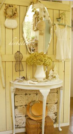 shabby in yellow. Decor, Yellow Cottage, Shabby Chic, Shabby, Cozy Cottage, Cottage Decor, Home Decor, Country Chic, Shabby Cottage