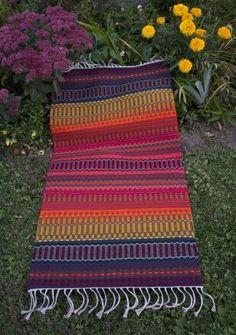 krokbragd rug in the garden