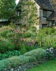 The Garden of a cottage bears equal importance to its interior.Foulser's English cottage garden Country Cottage Garden, Cottage Style, Farmhouse Garden, Rose Cottage, Country Cottages, Diy Jardin, English Country Gardens, Small English Garden, English Countryside