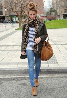 jeans claros ,tono de la bolsa y botines