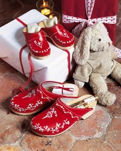 Shoes painted for Christmas: So your hooves also take the Swedish look -  some folk-inspired motifs painted on the front. Small hearts, flowers and swirls are drawn with white acrylic paint on a red background, with a very fine brush.