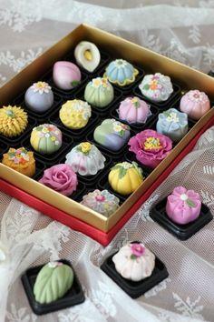 인천에서 오신 김ㄱㅅ님..1월에 동물만주 배우시고 재방문해주셨어요.. 화과자 A(고급)코스 진행했어요.. ... Japanese Cookies, Japanese Pastries, Japanese Sweets, Japanese Food, Japanese Wagashi, Pastry Design, Food Gallery, Exotic Food, Rice Cakes