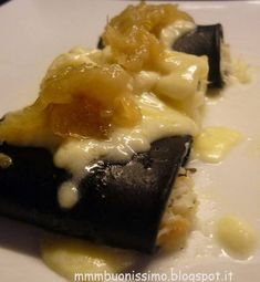 Paccheri al nero di seppia, baccalà mantecato e salsa di cipolle