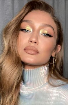 "We're obsessed with Gigi Hadid's ""Invisible Layers"" haircut Natural Wedding Makeup, Bridal Makeup, Natural Makeup, Gold Eyeliner, Simple Makeup Looks, Creative Makeup Looks, Celebrity Makeup Looks, Celebrity Beauty, Make Up Looks"