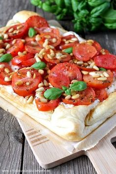 Tomaten-Ricotta-Tarte mit Pinienkernen Tomato ricotta tart with pine nuts Seafood Recipes, Appetizer Recipes, Vegetarian Recipes, Snack Recipes, Cooking Recipes, Thanksgiving Appetizers, Tart Recipes, Summer Recipes, Food Inspiration