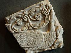 Lastra con pavone (la seconda).  VIII secolo. Marmo. Proviene dalla chiesa di San Salvatore di Brescia. Museo di Santa Giulia, Brescia