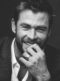 Chris Hemsworth Shirtless, Thor Drawing, Snowwhite And The Huntsman, Gray Aesthetic, Chris Pratt, People Magazine, Hollywood Actor, Beard Styles, Loki