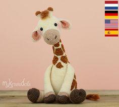 Dies ist ein Häkelmuster (PDF-Datei) und nicht die komplette Puppe, die du in den Bildern sehen kannst! Crochet pattern available in: Deutsch, English, Español & Nederlands. Giraffe Romy wird mit dem genannten Garn (Sockenwolle), sitzend, ungefähr 23 cm hoch. Arbeitest du mit anderem Garn, dann wird die endgültige Grösse abweichen. Passe hier dann die Grösse der Sicherheitsaugen auf an. Benutzte Maschen: Luftmaschen, feste Maschen, halbe Stäbchen und Stäbchen. Schwierigkeitsgrad: 2 (von...