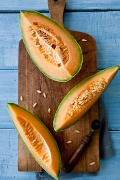 Cantaloupe Melon on Wooden / Melone su di legno Fruit And Veg, Fruits And Vegetables, Fresh Fruit, Healthy Snacks, Healthy Eating, Healthy Recipes, Food Styling, Cantaloupe And Melon, Quinoa Bites