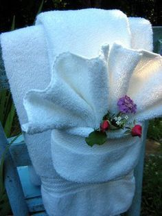 Fancy Shmancy Towel Fold Tutorial (not a napkin! Fun for the guest room. Serviettes Roses, Bathroom Towel Decor, Bathroom Staging, Folding Bathroom Towels, Design Bathroom, Bathroom Ideas, Towel Origami, Towel Display, Towel Animals