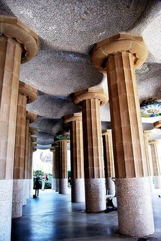 SALA HIPÓSTILA. Es un recinto Arquitectónico cubierto sostenido por una gran cantidad de columnas de gran altura y grosor.  Se ocupaban mucho como estancias antes de adentrarse a salas mas pequeñas, dando una sensación de misterio y privacidad. Parque Güell La Sala Hipóstila   Gaudí