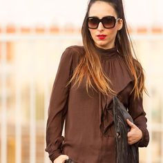 Labios rojos para afrontar el lunes! Que tengáis una semana genial  Nothing better than red lips to start this Monday. I wish you have a great week  www.withorwithoutshoes.com  #pradasunglasses#blouse#zara#ootd##zarastudio#lookbook#fashionista#outfitoftheday#brown#outfit#girl#me#redlip