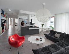 Wspólna przestrzeń lubi wspólnotę materiałów. Na całej powierzchni podłogi położono takie same deski. Wspólna dla wszystkich części mieszkania jest też kolorystyka: we wnętrzu przeważa biel i odcienie szarości. Kolor pojawia się w detalach.