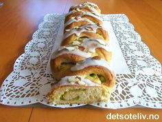 """""""Feststang"""" er en knallgod hvetestang som er fylt med vaniljekrem og marsipan. """"Feststangen"""" får dekorativt og stilig utseende ved at den lages med flettefasong og ved at marsipanfyllet farges grønt. Gjærbaksten pyntes med melisglasur og mandelflarn. Oppskriften gir 2 stk. Bagel, Sandwiches, Bread, Recipes, Dessert, Food, Brot, Deserts, Essen"""