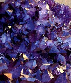 Améthyste : variété de quartz violet dont la teinte est due à des traces de fer. Il est classé comme pierre fine.  Son nom d'origine grecque comprend le [a-] privatif et le formant [méthys] signifiant être ivre. Ce nom est une référence à la couleur du vin mélangé à l'eau. (l'ivresse est plus tardive avec de l'eau dans son vin...)